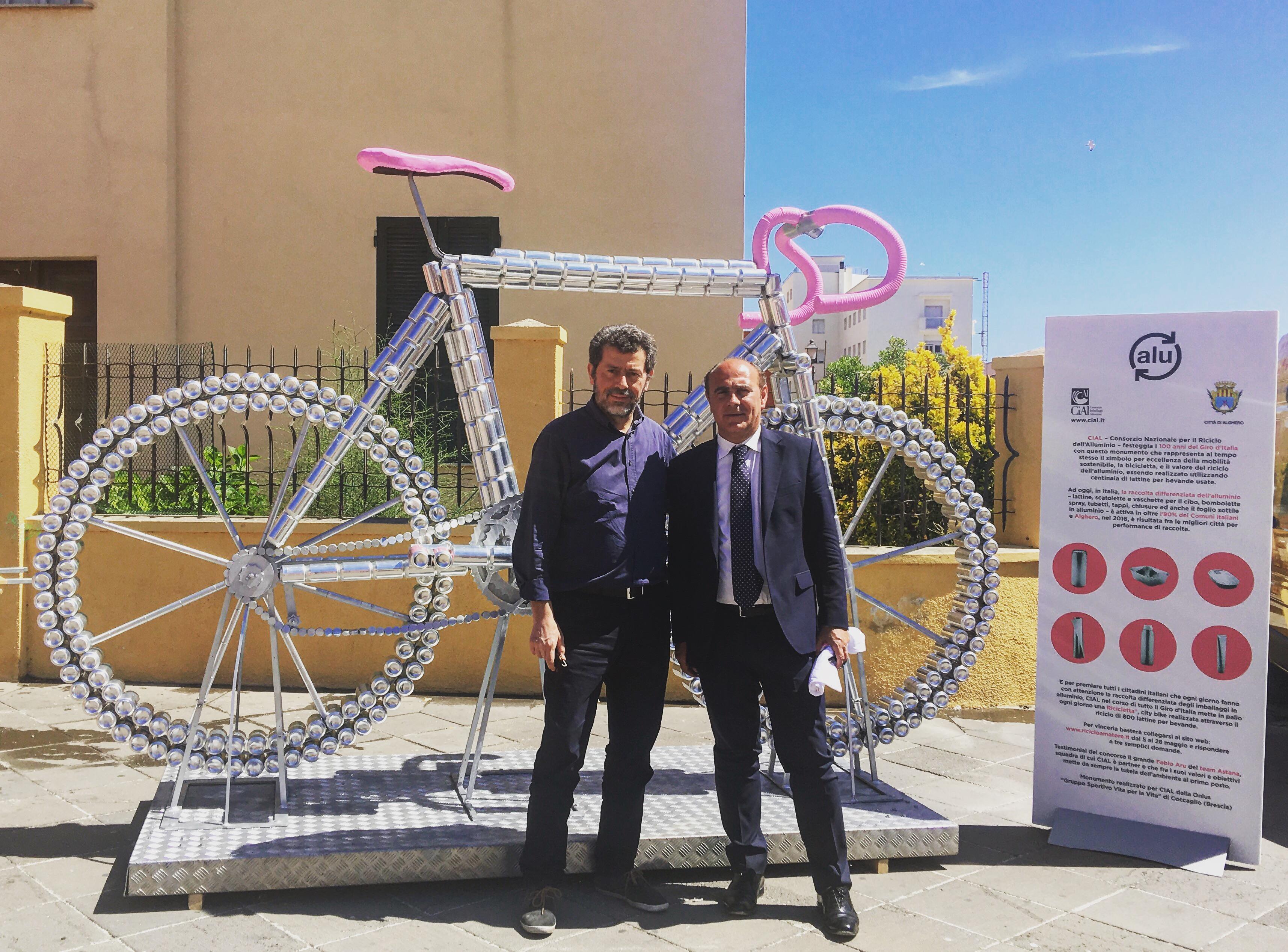 Alghero. Il Sindaco Bruno e Gino Schiona inaugurano il monumento di lattine di CIAL al Giro d'Itaiia 2017